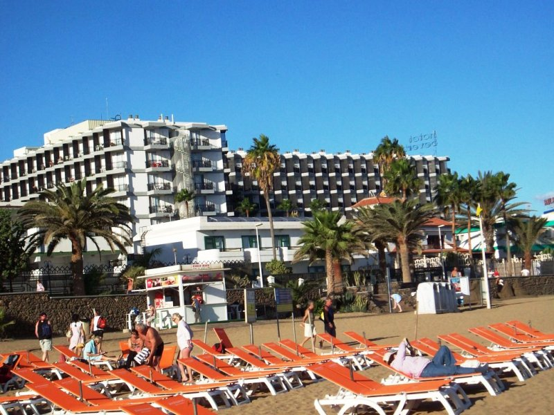 A nevezetes aranyló homokos tengerparttól 100 méterre, kis pálmafás kertben fekvő, barátságos, minden korosztály által kedvelt középkategóriás szálloda. Vásárlási lehetőségek a szálloda közelében találhatók.