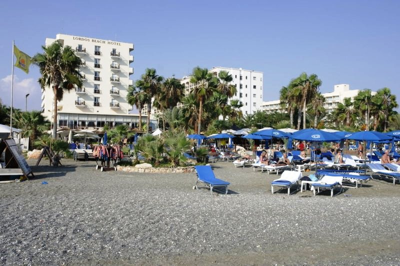 Közvetlenül a tengerparton, Larnaca üdülőövezeti részén épült közkedvelt szálloda. Családok számára is megfelelő választás, hiszen számtalan gyermekprogrammal várja vendégeit.