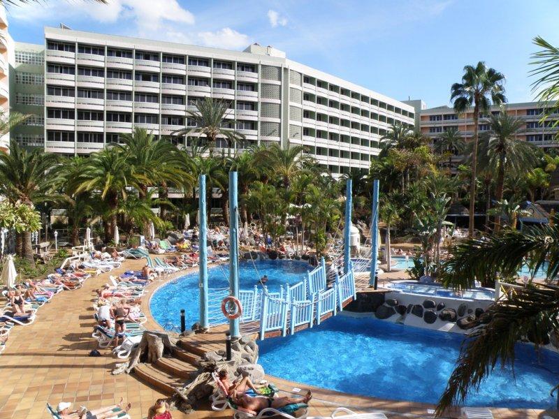 A szálloda Playa del Ingles központjának közelében helyezkedik el, a tengerparttól pár perces sétára.A szálodától 300 méterre egy bevásárló- és szórakoztatóközpont található éttermekkel, boltokkal. A Lopesan szállodalánc tagja szórakozási lehetőséget széles skáláját kínálja a családoknak.