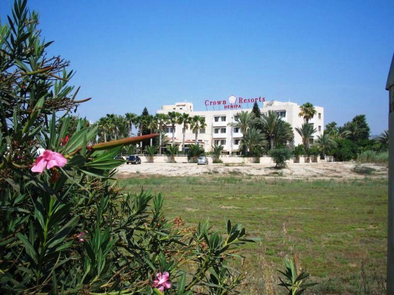 Kategóriájának megfelelő, egyszerűbb 3 csillagos, családbarát szálloda, Larnaca üdülőövezetének szélén.