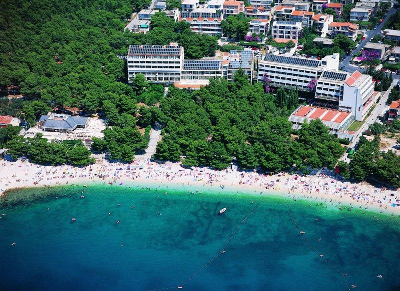Pihenjen a horvátországi Dél-Dalmácia egyik legvonzóbb városában, a lenyűgöző természeti környezetben található Makarskában! A teljesen felújított, népszerű szállodát a lassan mélyülő kavicsos strandtól csak egy hangulatos sétány választja el, illetve Makarska óvárosa mintegy 600 méterre található.