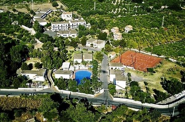 Apartman komplexum, amely nagy parkosított területen fekszik, a tengerparti strandtól kb. 800 méterre. Giardini Naxos belvárosa kb. 4,2 km-re található, ahová menetrendszerinti autóbusszal lehet bejutni (a megálló pár percre van a szállodától). Családoknak és apartmanos elhelyezést kedvelőknek ajánljuk. Gépkocsi bérlés ajánlott.