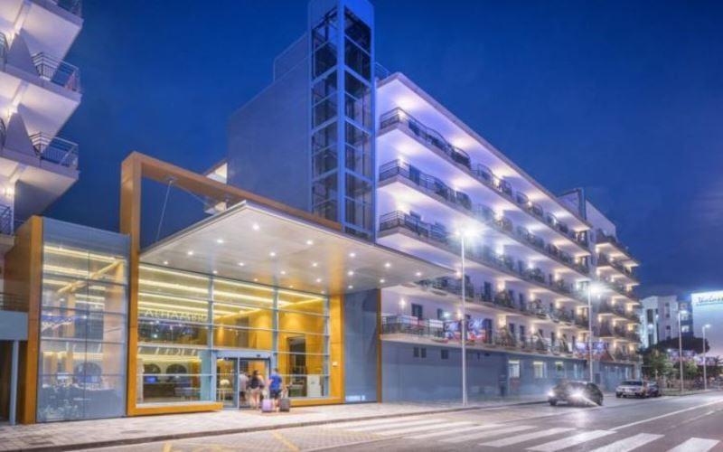 Töltsön egy felejthetetlen nyaralást a népszerű, pezsgő életű szállodában, ahol a napközbeni animációs programok, illetve a színvonalas esti szórakoztató műsorok garantálják a jó hangulatot! A szálloda központi elhelyezkedésű, bárok, éttermek, vásárlási lehetőségek a közelben. A 2009-ben felújított szálloda Santa Susanna hosszan húzódó homokos tengerpartjától kb. 100 méterre található. Barcelona kb. 60 km távolságra fekszik, autóval, vonattal könnyedén elérhető. (vasútállomás, buszmegálló 100 méteren belül).