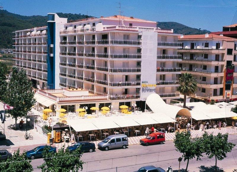 A kellemes szálloda Santa Susana hosszan húzódó homokos tengerpartjától kb. 100 méterre található. Barcelona kb. 60 km távolságra fekszik, autóval, vonattal, könnyedén elérhető. (vasútállomás, buszmegálló 100 méteren belül)