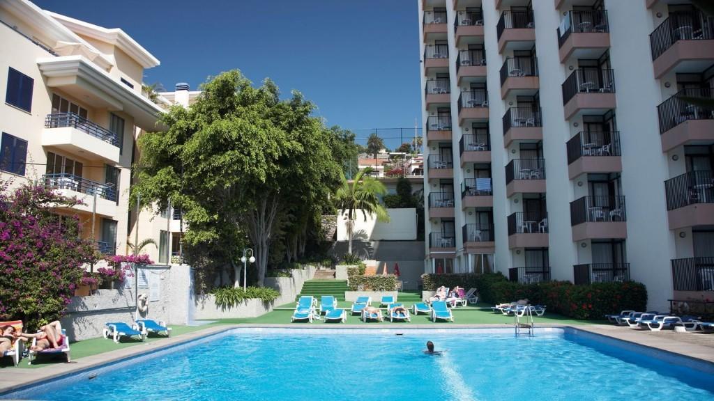 A 3 szállodát megába foglaló Dorisol komplexum részeként, Funchal turisztikai központjában, a Lido övezetben, üzletek, bárok, éttermek sokaságával körülvéve találhatjuk. A hotelt elsősorban aktív utazóinknak ajánljuk, mivel egy domboldalon helyezkedik el. A Lido medencéi kb. 5 perces sétával érhetők el.