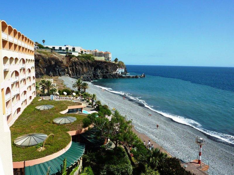 Nyaraljon Madeira festői szépségű partjainál, Funchal szigetén. Itt megtapasztalhatja az igazi kikapcsolódás élményét.A hotel közvetlenül az Atlanti-Óceán partján, öt kilométerre Funchal centrumától, a Praia Formosa öbölben található szálloda. A vendégeket tökéletes nyugalom és pihentető csend fogadja. Funchal központja könnyedén elérhető tömegközlekedéssel vagy a szálloda ingyenes buszjáratával.