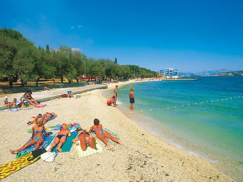 Üdüljön Horvátországban, a horvát riviéra egyik ékköve Trogir mellett található kedvelt szállodában, csodálatos természeti környezetben!