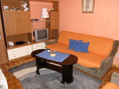 Ízlésesen berendezett modern apartmanok a rendkívül népszerű Pula üdülőtelepülésen, csendes környezetben. A 2-4 fő elhelyezésére alkalmas stúdiókat és apartmanokat egyaránt ajánljuk párok, családok és baráti társaságok részére is.