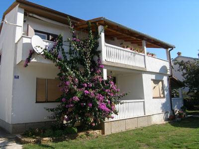 Az apartmanház békés környezetben található a festői szépségű Medulin városában, a városközponttól 700 méterre. A kényelmesen berendezett szobák 2-6 fő elhelyezésére alkalmasak, első sorban pihenni vágyó pároknak és családoknak ajánljuk.