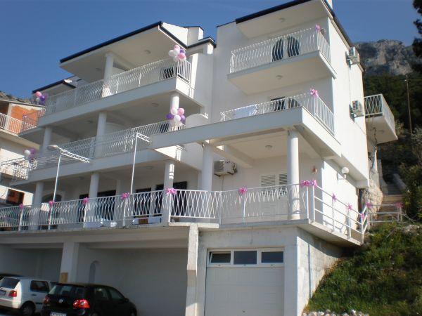 Makarska gyönyörű tengerpartján kitűnő választás a Dubravka Apartman, amely Omis településen található (félúton Split és Makarska között). A gömbölyű fehér kavicsokkal behintett gyönyörű strand, a nyugodt tenger már első pillantásra el fogja bűvölni és nagyban hozzájárul majd az igazi nyaralás élményhez.
