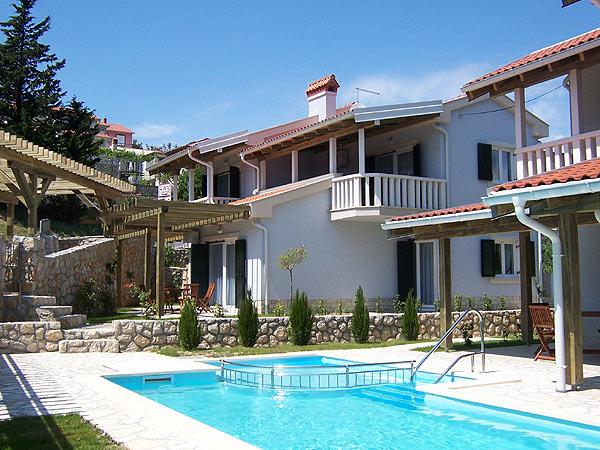 Nyaraljon Horvátország egyik legkedveltebb nyaralóövezetében, Rab-on. A sziget szépségei és a hamisíthatatlan horvát hangulat minden bizonnyal elősegíti a nyári kikapcsolódást.