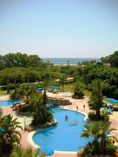 A jobbára bungalós felosztású közkedvelt, családbarát szálloda Ayia Napa leghíresebb, és legszebb tengerparti strandja a Nissi Beach közelében várja vendégeit.