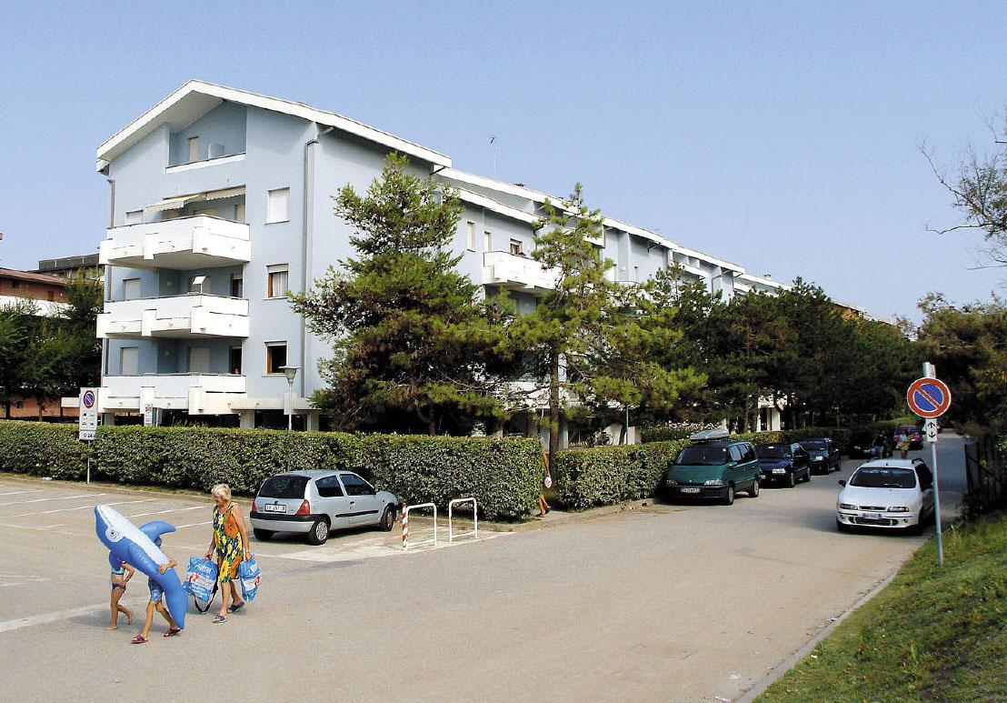 Tengerparti fekvésű apartmanház zöld és nyugodt környezetben, pár lépésre a központtól, három emeleten, két lifttel, foglalt parkolóhellyel (apartmanonként 1 db), közös kerttel.