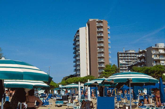 Lignano Sabbiadoro elején, 13 emeletes apartmanház melyet a tengerpartól egy autóút választ el, az apartmanok különböző méretűek, kényelmesen berendezettek és majdnem mindegyik tengerre néző terasszal rendelkezik.