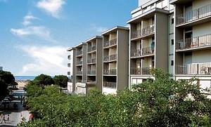 Tengerparti fekvésű, 5 szintes apartmanház, lifttel, számozott parkolóhelyekkel, házmesterrel