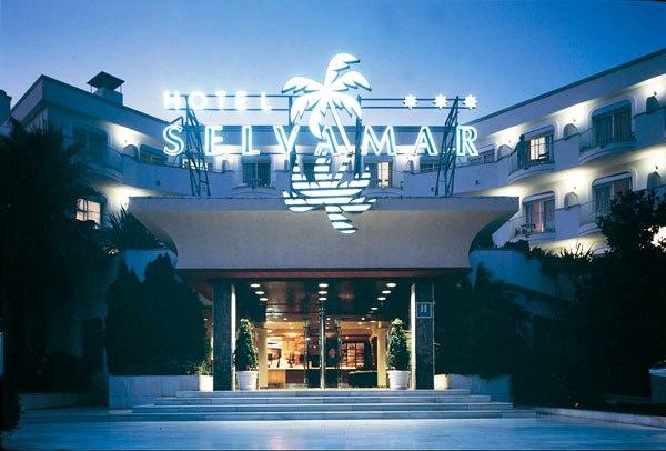 Az 1988 óta működő szálloda 243 szobával várja a kedves vendégeket, nemrégiben teljes felújításon esett át, melynek köszönhetően már 4 csillagos szállodaként nyitotta meg kapuit. Kedvező elhelyezkedésének köszönhetően a homokos tengerpart egy kis sétával könnyen megközelíthető (900 méter), Lloret de Mar központja pedig gyalog 10 perc alatt elérhető. A környék számos nevezetessége, mint például az Arbre Kalandpark, a Water World Lloret vízi park és a Sant Pere del Bosc kápolna is várja a kíváncsi turistákat. Remek választás pároknak és családoknak egyaránt.