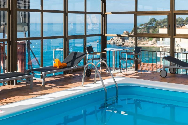 A tengerparti sétány mentén épült hotelből lenyűgöző kilátás nyílik a Földközi-tengerre. Központi elhelyezkedésének köszönhetően könnyen elérhetők a szórakozási lehetőségek. A hotel igazán megfelelő választás a romantikus atmoszférát keresők számára.