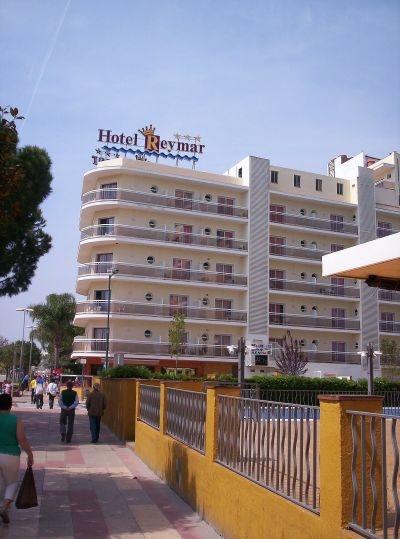 A vidám, kellemes vakációt ígérő, kedvelt szálloda a homokos tengerparttól kb. 50 méterre található. Malgrat de Mar kis központja pár percnyi séta távolságra fekszik.  Barcelona kb. 60 km távolságra fekszik, autóval, vonattal, könnyedén elérhető. (vasútállomás, buszmegálló 200 méteren belül)