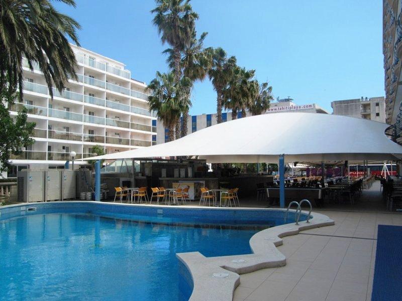 A 2009-ben felújított szálloda Santa Susana hosszan húzódó homokos tengerpartjától kb. 100 méterre található. Barcelona kb. 60 km távolságra fekszik, autóval, vonattal könnyedén elérhető. (vasútállomás, buszmegálló 100 méteren belül). Főként fiataloknak, baráti társaságoknak ajánljuk, a hotelben található bár, diszkó remek esti/éjszakai szórakozási lehetőséget kínál.