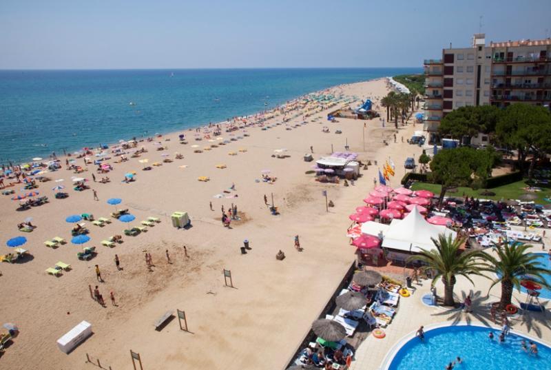 A népszerű szálloda Santa Susanna nyugodtabb részén. az aranyhomokos tengerparttól pár lépésre épült. Közelében bárok, éttermek, üzletek találhatók. Megbízható és szélseskörű szolgáltatásainak, illetve elhelyezkedésének köszönhetően a Hotel Tahiti Playa az egyik legnépszerűbb szálloda a Costa Bravát úticélul választó utasaink között.