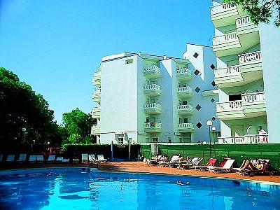 Az apartmanház Lignano Riviera városrészén található, nem messze az üzletektől és a tengerparttól. Az apartmanok 2 épületben, 4 emeleten találhatóak, a tengerparttól mintegy 250 méterre. Apartmanonként 1 parkolóhely áll a vendégek rendelkezésére.