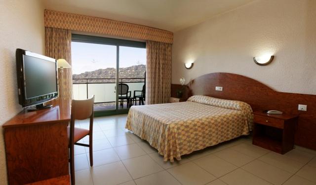 A barátságos hangulatú szálloda Lloret de Mar központjához közel (kb. 800 méter), de mégis csendesebb, elegánsabb Fenals részén található. A strand kb. 350 méter, a helyi busz kb. 30 méterre áll meg a hoteltől. Számtalan üzlet, bár és étterem várja a vendégeket mindössze pár perc sétára. A szálloda nagyszerű választás párok és családok számára egyaránt.