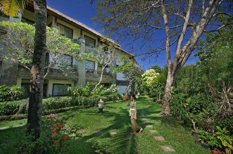 A szálloda autentikus Balinéz nyugalommal és vendégszeretettel várja vendégeit. Itt az idő mintha megállna, az átélt élmények azonban garantáltan örökké megmaradnak. A szálloda ideális választás azok számára, akik a békés pihenést részesítik előnyben.