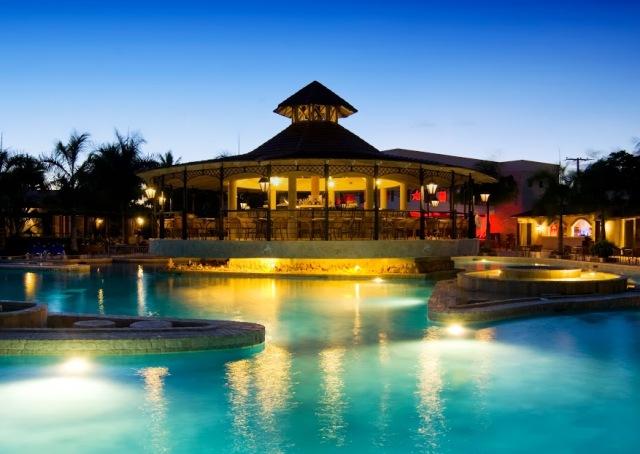 A modern és elegáns szálloda közvetlenül a kristálytiszta, türkizkék vízéről és fehérhomokos tengerpartjáról híres Playa Bavaron található. 7 éttermével, 7 bárjával, tavat idéző medencerendszerével és számtalan sportlehetőségével, valamint 1500 négyzetméteres SPA részlegével a tökéletes kikapcsolódás helyszíne. Punta Cana reptere kb. 25 km.