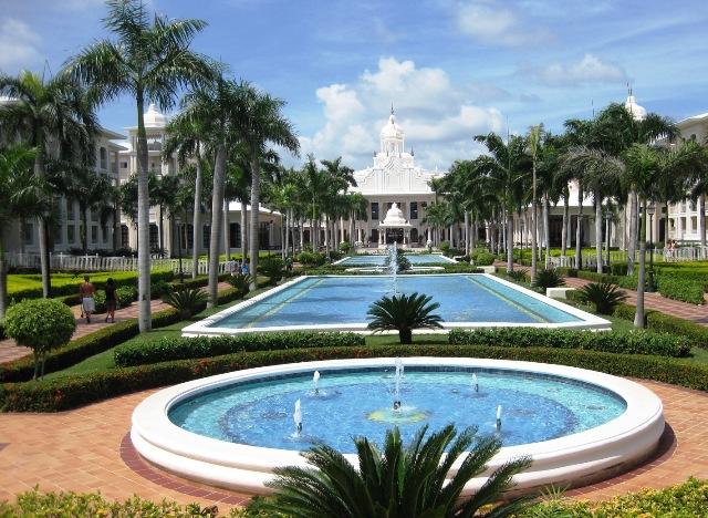 A szálloda egy hatalmas trópusi kertben fekszik, közvetlenül a fehérhomokos Playa Bavaro tengerparton. A hotel számtalan, színvonalas, remek szórakozást és kikapcsolódást nyújtó szolgáltatásának köszönhetően az egész család részére egy tökéletes karibi nyaralás helyszíne lehet.