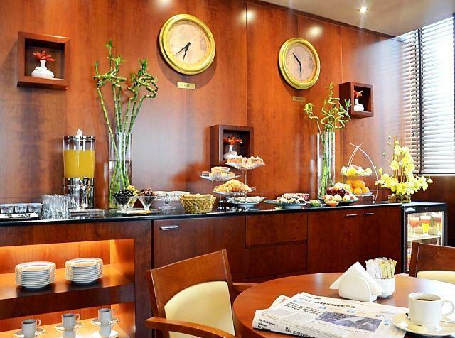 A szálloda a híres Burj Kalifa toronytól és a Burj Downtown központjától kb. 4 kilométerre, a Bur Juman bevásárlóközponttól pedig 10 perces sétára fekszik. Épületét különféle éttermek, gyorséttermek és éjszakai szórakozóhelyek veszik körül. Az Al Fahidi metróállomás a közelben helyezkedik el.  Ízlésesen berendezett apartmanjai a kényelmet és az eleganciát ötvözik. Tökéletes választás pároknak és családoknak egyaránt.