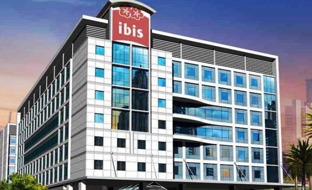 Dubai szívében, az Al Barsha városrészben található három csillagos szálloda kitűnő választás a város és az arab kultúra felfedezésére, ugyanis a turistaközpont csak egy karnyújtásnyira fekszik, a Sharaf DG metróállomástól kb. 10-15 perc séta távolságra van. Az Ibis szállodalánc tagja világhírű szolgáltatásaival biztosítja a felejthetetlen nyaralás élményét. Minden utasunk számára bátran ajánljuk!