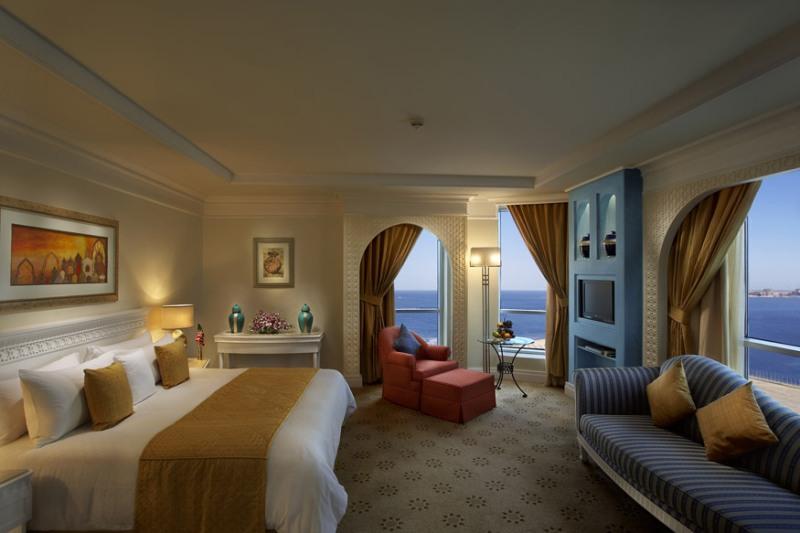 Képzelje el, hogy egy gyönyörű luxusszálloda medencéjénél pihen egzotikus környezetben, pár lépésre a lélegzetelállító szépségű fehér homokos tengerparttól, miközben a szállodai személyzet lesi minden kívánságát! Az exkluzív szálloda Dubai tengerparti szakaszán, a csodálatos Jumeirah Beachen fekszik. A Perzsa-öbölre vagy a buja kertre néző, elegáns, arab ihletésű luxusszobák, magas színvonalú szolgáltatásokkal kényeztetik a vendégeket. A kikötő sétatávolságban található, a Közel-Kelet legnagyobb bevásárlókomplexuma, a Mall of Emirates kb. 15 perc autóútra fekszik.