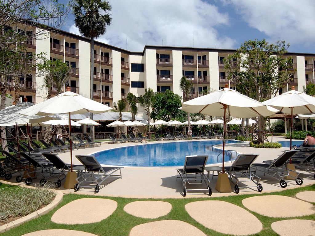 Az egyszerűbb középkategóriás, 258 szobás szálloda kellemes környezetben található a meseszép tengerparttól kb. 500 méterre, Bangla Road-tól kb. 1 km-re, ahol számos étterem, bár, üzlet, szórakozóhely várja az utasokat.