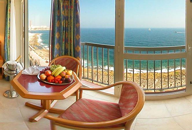 A kellemes, négycsillagos hotel a repülőtértől 11 km-re, Sliema tengerparti sétánya mentén, St. Julian's városától kb. 10 percnyi sétatávolságra helyezkedik el.