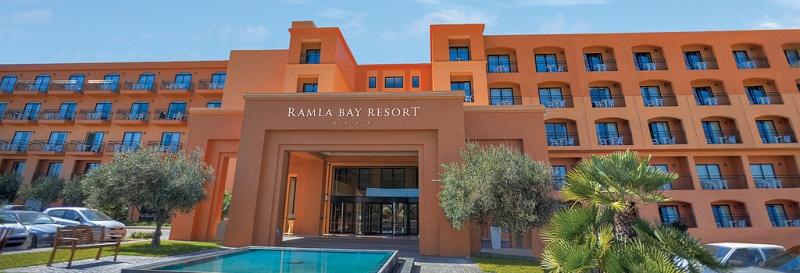 A kellemes, négycsillagos tengerparti hotel Málta északi részén található, 30 km-re a repülőtértől, közel Melieha és Paradise Bay homokos strandjaihoz. A Gozo szigetére közlekedő komp kikötője is könnyedén elérhető. A legközelebbi városokba napközben autóbusszal, az esti órákban és éjszaka pedig csak bérelt autóval vagy taxival juthatunk el. A hotelt a tengerparti nyaralás szerelmeseinek ajánljuk közvetlen parti fekvése miatt, illetve azoknak, akik nyugodt környezetben szeretnének pihenni, távol a városok zajától.