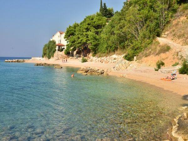 Makarska gyönyörű tengerpartján kitűnő választás a 3 csillagos Ivo Apartman. A gömbölyű fehér kavicsokkal behintett gyönyörű strand, a nyugodt tenger már első pillantásra el fogja bűvölni és nagyban hozzájárul majd egy felejthetetlen nyaralás élményhez.