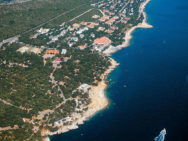 Nyaraljon Horvátországban, a káprázatos természeti környezetben található Novi Vinodolski városban!