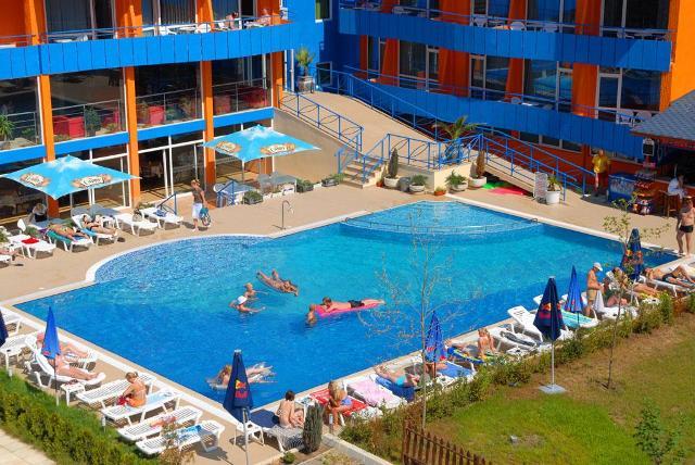 A három csillag besorolású Hotel Amaris Napospart központjában várja vendégeit mintegy 400 méterre a homokos tengerparttól.
