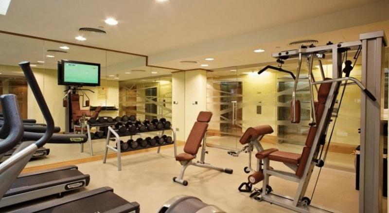 A két csillag besorolású Ibis Al Rigga Hotel egyszerűbb de kényelmes szálloda Dubai közkedvelt részén. A szálloda Deira városrészben található.A hotel 300 méterre található az Al Rigga metrómegállótól.