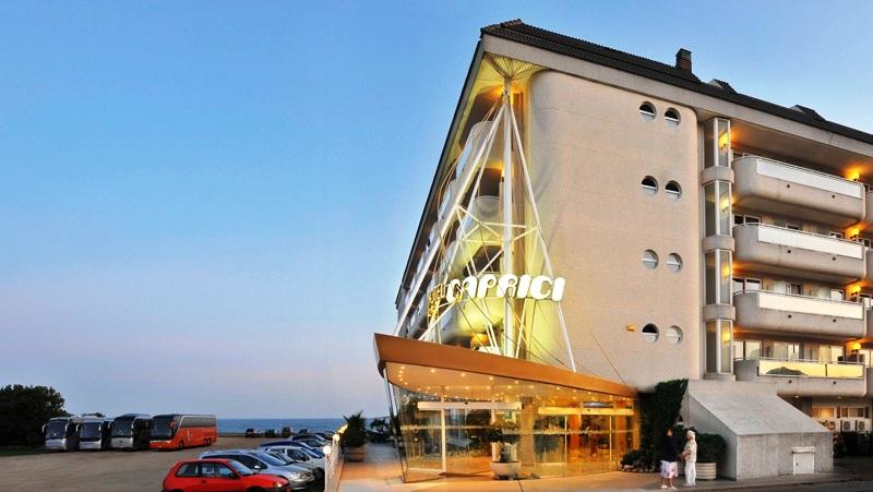 A szálloda közvetlenül Santa Susanna homokos tengerpartján terül el. Egy rövid sétával könnyen elérhető a központ, ahol számos étterem és szórakozási lehetőség várja a vendégeket. A szállodától alig 50 méterre található vasútállomásról könnyen bejuthatnak Barcelonába is.