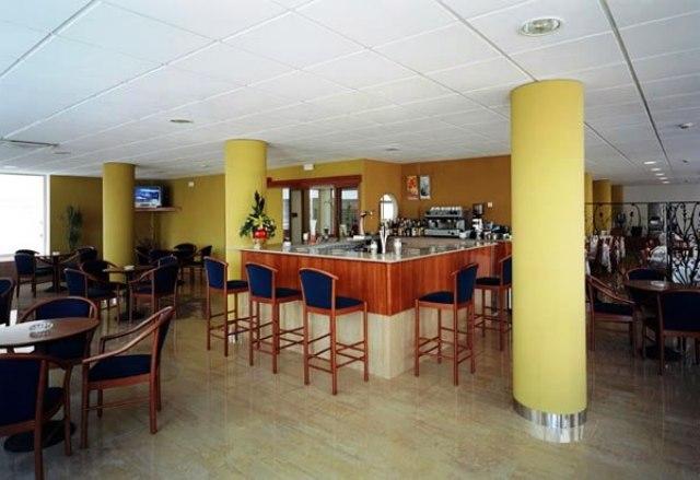 A nemrégiben felújított,  családias hotel Lloret de Mar szívében, a homokos tengerparttól mindössze 50 méterre fekszik, ahol vízi sportok széles választéka áll a vendégek rendelkezésére. Bárok, éttermek, éjszakai szórakozóhelyek a közelben találhatók. A szálloda számos kényelmi szolgáltatással igyekszik kényeztetni vendégeit.