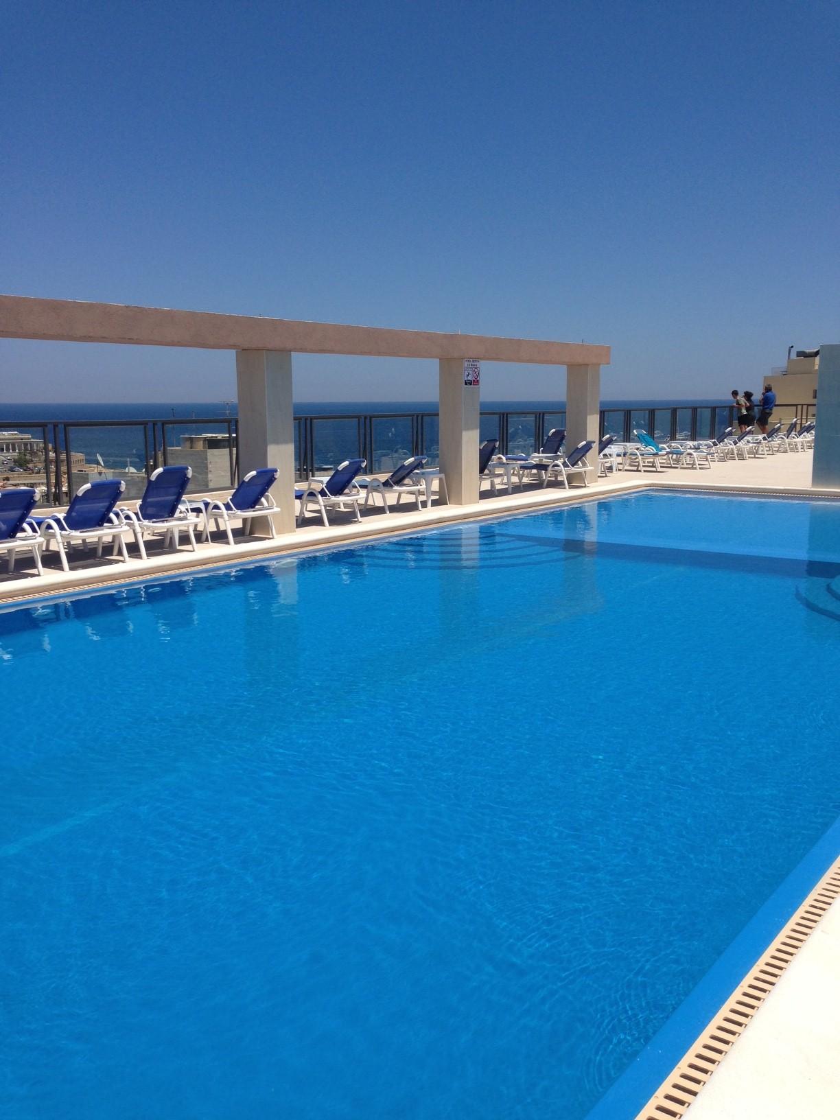 A kiváló elhelyezkedésű háromcsillagos hotel St. Julian's központjában található, néhány perc sétára a tengerparti sétánytól és számos bevásárlási és szórakozási lehetőségtől.