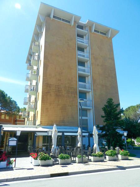 Egyszerűbb apartmanház Bibione, Pineda zöldövezeti részén, közel a centrumhoz,kb. 200 m-re a tengertől. Minden apartmanhoz parkoló tartozik, két lifttel felszerelt.
