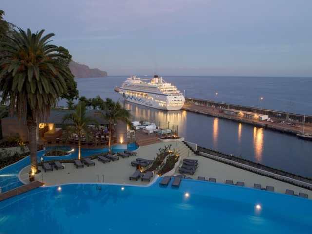 A gyönyörű 5 csillagos Pestna Park Hotel & Casino Madeira szigetén Funchal városában, közvetlenül az óceánparton található.  Alig pár perc sétával a belvárosban találhatjuk magunkat, ahol számos étterem, bárok, múzeumok, látnivalók széles választéka várja az idelátogatókat. A hotel luxus színvonalú szolgáltatásokkal, kültéri medencével, gyermekmedencével, napozóterasszal , Spa részleggel és lélegzetelállító kilátással a végtelen óceánra várja vendégeit.