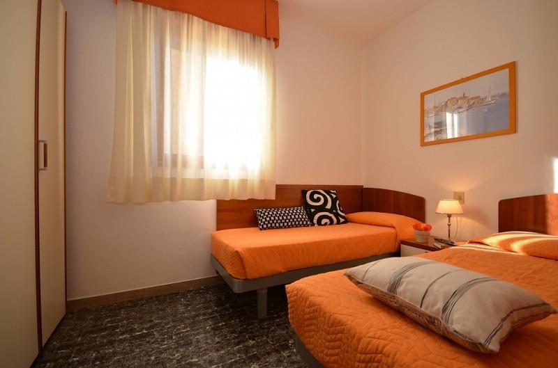A 2 kitűnő fekvésű, 4 szintes apartmanház Bibione Spaggia körzetében, kb. 50 méterre a tengertől és nagyon közel a központhoz található. Az apartmanház lifttel és foglalt parkolóhelyekkel (apartmanonként 1 db) várja a vendégeit.