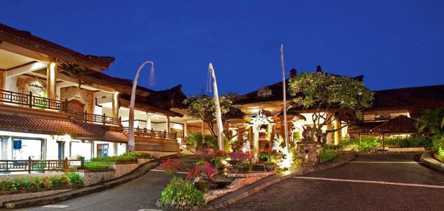 A közel 11 hektárnyi buja trópusi kerttel övezett elegáns luxus szálloda Bali egyik gyönyörű tengerpartján a Nusa Dua Beachen, közvetlenül a parton helyezkedik el. a repülőtér csak 11 km. A szállodától sétatávolságra üzletek, éttermek, bárok és egyéb szórakozási lehetőségek várják a vendégeket.