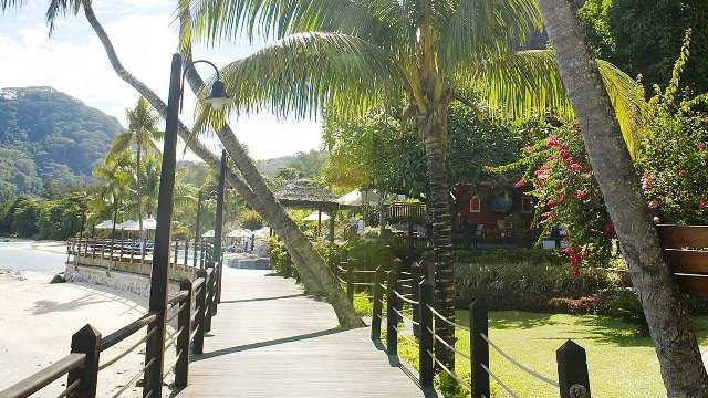 Az 5*-os luxusszálloda Mahe a hotel Mahé leghíresebb tengerparti szakaszán a Beau Vallon Beach-en található, 15 km-re a nemzetközi repülőtértől és 5 km-re a fővárostól (Victoria). A csodálatos ősfás, trópusi kert, a helyi gránitból készült és zsúpfedeles épületek hangulata, az igényes belső terek, a Le Meridien névhez méltó exkluzív szolgáltatások mind-mind a vendégek valódi kikapcsolódását szolgálják.