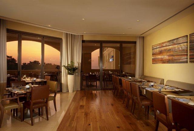Az öt csillag besorolású Hotel Amwaj Rotana exkluzív szolgáltatásokkal várja vendégeit Dubai egyik legszebb részén, a Marina városrészben. A finomhomokos Jumeirah Beachen és a bámulatos tengerparti felhőkarcolók tövében lélegzetelállító sétát tehetünk a népszerű sétányon, a ´The Walk´-on, mely a szállodától pár lépésnyire kezdődik.