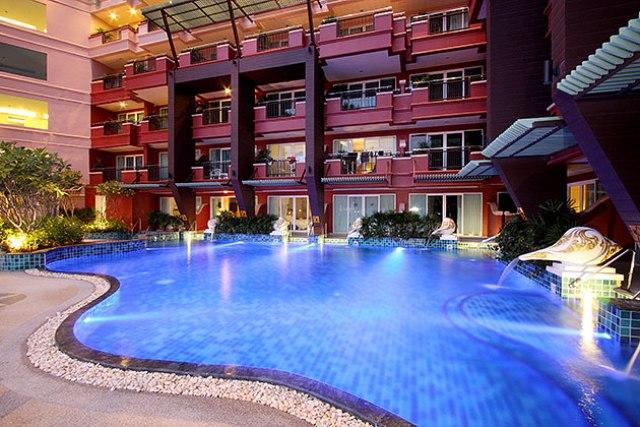 Felejtse el a hétköznapi rutinos szokásait, és koncentráljon a teljes kikapcsolódásra! A Blue Ocean Resort professzinális személyzettel és kimagasló minőségű szolgáltatásokkal garantálja a tökéletes tengerpari pihenést. A szálloda kiváló választás az aktív pihenést kedvelő utasoknak is, hiszen a hoteltől karnyújtásnyira található Phuket nyüzsgő turisztikai központja számtalan vásárlási, étkezési és vásárlási lehetőséggel. Lazítson és évezze az egzotikus nyaralás minden percét!