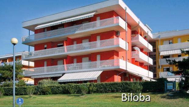 Tengerparti fekvésű, 4 szintes épületek, fedett parkolóhellyel, tágas terasszal, 2 lifttel, apartmanok bizonyos típusai tengerre néző erkéllyel vagy terasszal. Az ár tartalmazza a strandszervizt (1 napernyő + 1 nyugszék +1 nyugágy /apartman)